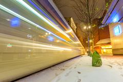 TriMet maximal, Tramspur nachts in Morrison-St., im Stadtzentrum gelegenes Portlan Lizenzfreie Stockbilder