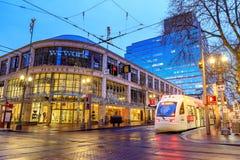 TriMet maximal, Tramspur nachts neben Pionierquadrat in Morriso Lizenzfreies Stockfoto
