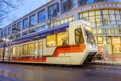 TriMet maximal, Tramspur nachts neben Pionierquadrat in Morriso Lizenzfreie Stockfotos