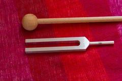 Trimma - gaffel och kristall på tabellen Arkivbilder