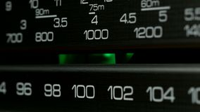 Trimma kontrollbordradiostationskalan Retro radiomottagare, closeup lager videofilmer