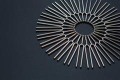 Trimma - rund modell för gaffel på en svart bakgrund arkivfoton