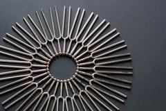 Trimma - rund modell för gaffel på en svart bakgrund med kopieringsutrymme royaltyfri foto