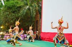 Trimmar klassiskt thailändskt för den Manohra dansen formen av folkdansen i söderna av Thailand Royaltyfria Bilder