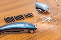 Trimmer pour la coupe de cheveux sur la table dans le salon de coiffure Mirr photographie stock libre de droits