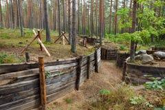 trincea difensiva della foresta fotografia stock