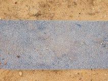 Trincheira com a fita plástica azul da proteção Marcado dos cabos sob a argila durante a construção do Internet fotografia de stock