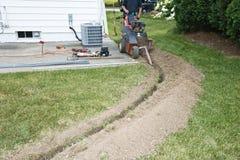 Trincheira da escavação do contratante do eletricista para elétrico Foto de Stock Royalty Free