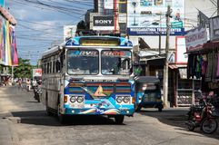 TRINCOMALEE SRI LANKA - AUGUSTI 29, 2015: En typisk buss för kollektivtrafik i Sri Lanka Fotografering för Bildbyråer