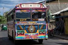 TRINCOMALEE SRI LANKA - AUGUSTI 29, 2015: En typisk buss för kollektivtrafik i Sri Lanka arkivfoton