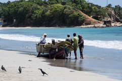 TRINCOMALEE SRI LANKA - AUGUSTI 30, 2015: Fiskare på den Uppuveli stranden i Sri Lanka Arkivbilder