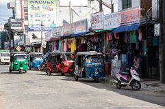 TRINCOMALEE SRI LANKA - AUGUSTI 28, 2015: Tuk-tuks på den huvudsakliga gatan är en gemensam väg av transport Arkivfoton