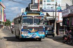 TRINCOMALEE, SRI LANKA - AUGUSTUS 29, 2015: Een typische bus voor openbaar vervoer in Sri Lanka Stock Afbeelding