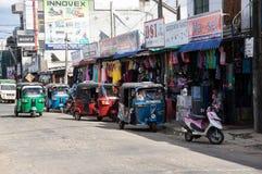 TRINCOMALEE, SRI LANKA - AUGUSTUS 28, 2015: Tuk -tuk-tuks op de hoofdstraat is een gemeenschappelijke manier van vervoer Stock Foto's