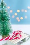 Trineo con los dulces y el árbol de navidad en el fondo blanco con l imagenes de archivo