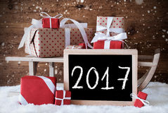 Trineo con los regalos, nieve, copos de nieve, texto 2017 Foto de archivo
