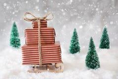 Trineo de la Navidad en nieve con el fondo, los copos de nieve y las estrellas blancos Foto de archivo