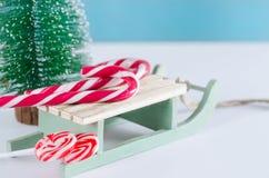 Trineo de madera con los dulces y el árbol de navidad fotos de archivo