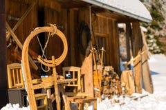 Trineo de madera de la cabaña de la nieve del invierno afuera Imagen de archivo