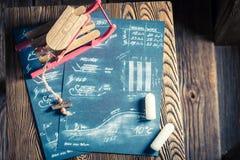 Trineo de madera del ` s de los niños listo para utilizar en nieve Imagen de archivo libre de regalías