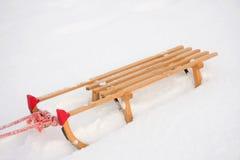 Trineo de madera en la nieve Imágenes de archivo libres de regalías