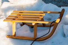 Trineo de madera en la nieve fotografía de archivo