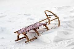 Trineo de madera en nieve Foto de archivo