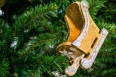 Trineo de madera en un abeto de la Navidad Invierno, la Navidad, Año Nuevo foreground fotografía de archivo