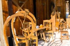 Trineo de madera fuera de la cabaña de la nieve del invierno Imagen de archivo libre de regalías