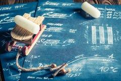 Trineo de madera retro listo para utilizar en nieve Foto de archivo libre de regalías