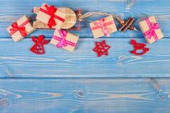 trineo de madera y regalos envueltos con las cintas para la navidad o la otra celebracin