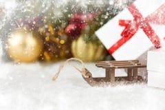 Trineo del juguete y decoraciones de la Navidad como fondo Fotografía de archivo libre de regalías