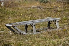 Trineo viejo del ` s de los niños en la hierba en la Laponia Imagenes de archivo