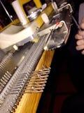Trineo y agujas en una máquina para hacer punto Fotografía de archivo libre de regalías