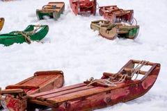 Trineos rojos y verdes Imagenes de archivo