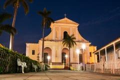 Trinidad Cathedral a illuminé par des réverbères pendant l'heure bleue Photos libres de droits