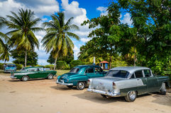 TRINIDAD, CUBA - 11 DE DICIEMBRE DE 2014: Viejo par americano clásico del coche Fotografía de archivo