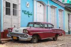 Trinidad, CUBA - 28 de janeiro de 2013: Parque de estacionamento americano clássico velho Fotos de Stock Royalty Free