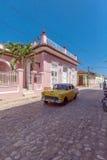 TRINIDAD, CUBA - 30 DE MARÇO DE 2012: Carro do amarelo de Chevrolet do vintage Imagem de Stock