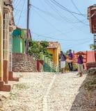TRINIDAD, CUBA - 30 DE MARZO DE 2012: calles de la ciudad vieja con el teenag Fotografía de archivo libre de regalías