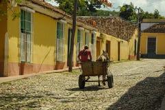 TRINIDAD, CUBA - 26 de mayo de 2013 carria local del caballo de la impulsión del hombre del cubano Foto de archivo libre de regalías