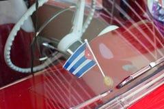 Trinidad, Cuba - 7 Juli 2018: Cubaanse vlag binnen van oude tijdopnemerauto Royalty-vrije Stock Fotografie