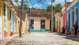 TRINIDAD, CUBA - 30 MARZO 2012: Popolazioni autoctone che svegliano vicino al colore Immagine Stock Libera da Diritti
