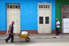 Trinidad, Cuba, November 2014 Zwart-witte voetgangers in de straat Royalty-vrije Stock Afbeeldingen