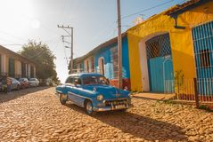 Trinidad, Cuba Oude retro blauwe auto op een Cubaanse straat Royalty-vrije Stock Afbeeldingen