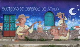 Brightly coloured mural, Atacodad, El Salvador. A brightly coloured mural painted on the walls of a street in Ataco, with a slogan in Spanish. Ataco is a small Stock Photo