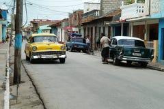Trinidad, Kuba, Czerwiec 5, 2016: Starzy samochody na ulicach Trinidad obraz stock