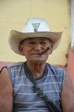 TRINIDAD KUBA - JANUARI 28, 2013 kubansk lokal man som röker cigarren Arkivbilder