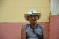 TRINIDAD KUBA - JANUARI 28, 2013 kubansk lokal man som röker cigarren Fotografering för Bildbyråer