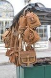 TRINIDAD KUBA - Januari 03, 2018: läderhandväskor och ryggsäck Royaltyfri Foto